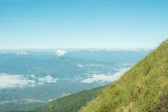 Berge, Bäume, blauer Himmel, heller Blick bequem stockfotografie