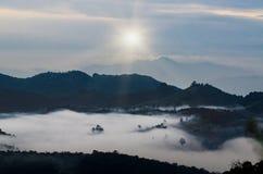 Berge, B?ume und Nebel, sch?ne Landschaft stockbild
