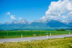 Berge Beautiul Tatra in Slowakei mit Hintergrund und Rasenfläche des blauen Himmels lizenzfreie stockfotografie
