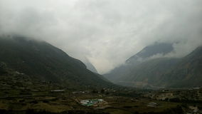 Berge bedeckt mit Wolken Lizenzfreie Stockbilder