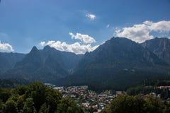 Berge in Busteni, Rumänien stockbilder