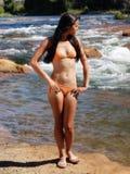Berge debout de bikini orange maigre de femme Photos libres de droits