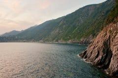 Berge in dem Meer stockfoto