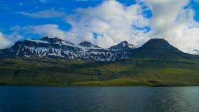 Berge in den Ostfjorden von Island stockfotos