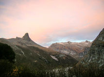 Berge in den Schweizer Alpen während des fLL AN DER DÄMMERUNG Lizenzfreie Stockfotografie