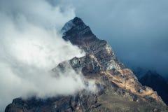 Berge in den Wolken am bewölkten Abend in Nepal Stockfotografie
