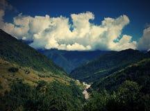 Berge in den Wolken und im Tal lizenzfreies stockbild