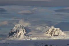 Berge der antarktischen Halbinsel auf einem bewölkten Lizenzfreie Stockfotos