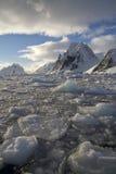 Berge der antarktischen Halbinsel an einem sonnigen Tag Lizenzfreie Stockfotos