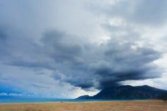 Berge an der Seeküste und an einer Wolke Lizenzfreie Stockfotografie