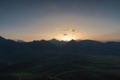 Berge des Ackerlands und der Wiese Stockbild