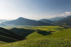Berge des Ackerlands und der Wiese Lizenzfreie Stockbilder
