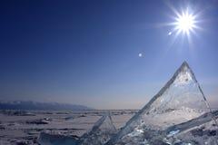 Berge des Eises auf dem Baikalsee stockbild