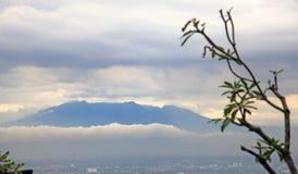 Berge, die Bandungs-Stadt umgeben Stockbild