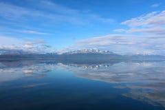 Berge, die im Wasser sich reflektieren Stockfotos
