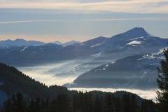 Berge, die vom Nebel auftauchen Stockfoto