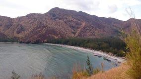 Berge durch das Ufer Stockfoto