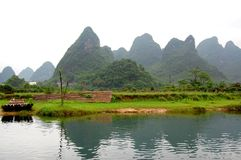 Berge durch den Fluss Lizenzfreie Stockfotografie