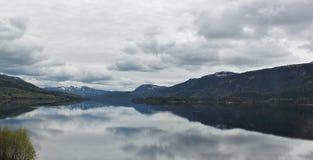 Berge durch den See Stockbilder