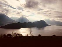 Berge durch den See lizenzfreie stockfotografie