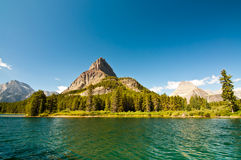 Berge durch Swiftcurrent Lake Stockfoto