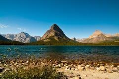 Berge durch Swiftcurrent Lake, Gletscher nationales P lizenzfreies stockbild
