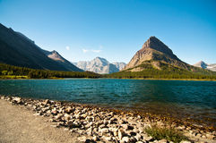 Berge durch Swiftcurrent Lake, Gletscher nationales P Lizenzfreie Stockbilder
