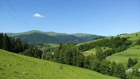 Berge an einem sonnigen Tag lizenzfreie stockbilder