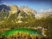 Berge Emerald Lake Lizenzfreie Stockfotografie