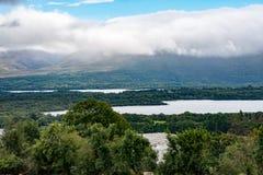Berge, Felder und See am bewölkten Tag in Killarney Irland Lizenzfreie Stockfotos