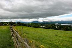 Berge, Felder und See am bewölkten Tag in Killarney Irland Lizenzfreie Stockbilder