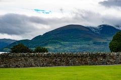 Berge, Felder und See am bewölkten Tag in Killarney Irland Lizenzfreie Stockfotografie