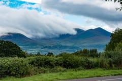 Berge, Felder und See am bewölkten Tag in Killarney Irland Lizenzfreies Stockfoto