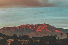 Berge gemalt im Rot Lizenzfreies Stockbild