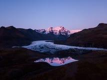 Berge, Gletscher und Glazial- See Morsarlon in Nationalpark Island Skaftafell Landschaftsüdlicher Island-Sonnenuntergang und -son Stockfoto
