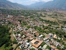 Berge hinter der Stadt Lizenzfreie Stockbilder