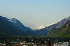 Berge hinter einer kleinen Stadt in Alaska Stockbilder
