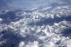 Muster des Schnees, der Wolken und der Steine: Ansicht von Lizenzfreie Stockfotos