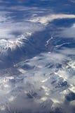 Muster des Schnees, der Wolken und der Steine: Stockfotografie