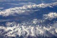 Muster des Schnees, der Wolken und der Steine Stockfotografie