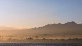 Berge im gelben Nebel Stockfotos