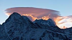 Berge im Himalaja und schöne Wolken über den Bergen lizenzfreies stockbild