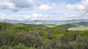 Berge im Hintergrund mit Utah-Bergen mit dem Rollen von grünen Hügeln stockbild