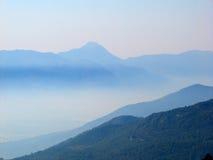 Berge im Nebel Lizenzfreies Stockbild