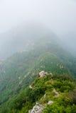 Berge im Nebel lizenzfreie stockfotografie