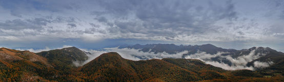 Berge im Nebel Stockbild