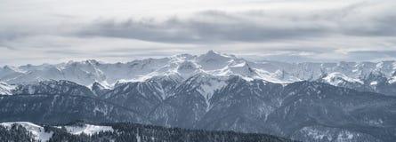 Berge im Schnee lizenzfreie stockfotografie