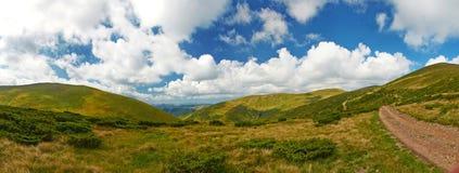 Berge im Sommer lizenzfreie stockfotografie