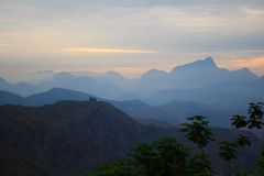 Berge im Sonnenuntergang in Brasilien lizenzfreies stockbild