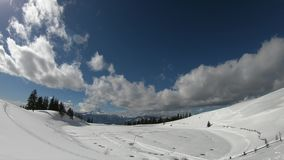 Berge im Winter und in den Wolken Timelapse stock footage